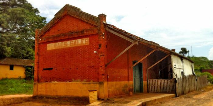 Prédio com telhado duas águas, padrão Mogiana.