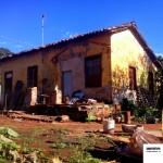 Casas da vila ferroviária ainda resistem por lá.